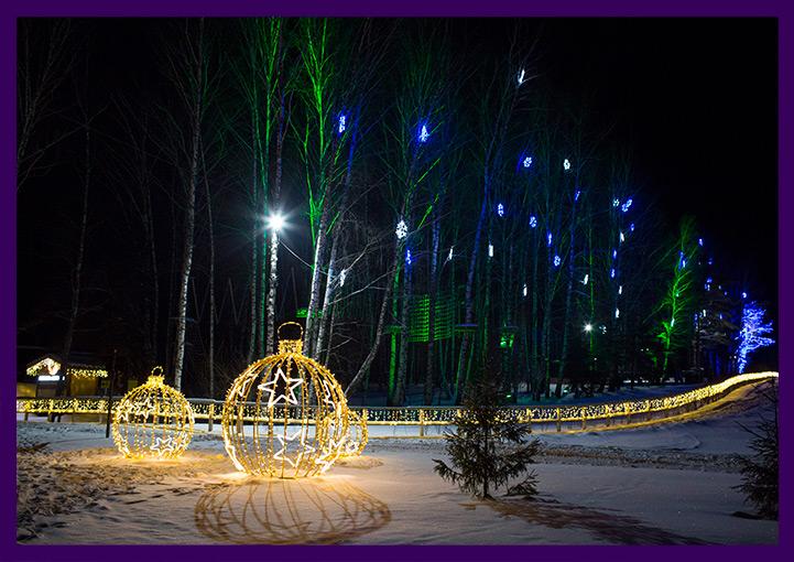 Новогодние гирлянды на деревьях и световые фигуры
