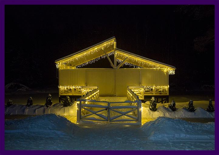 Новогодние гирлянды на крыше кафе, подсветка фасада