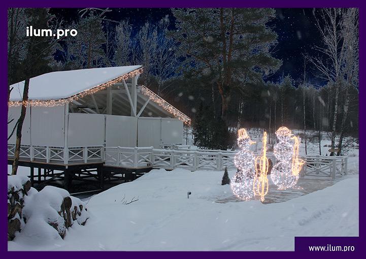Световые фигуры снеговиков и украшение домика