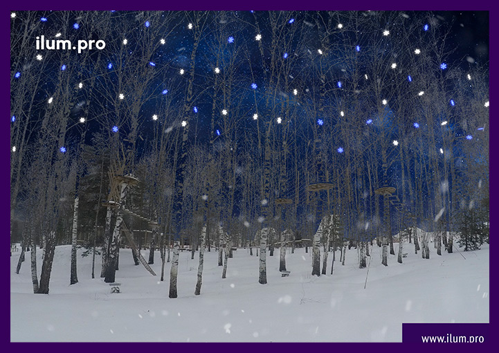 Светодиодные снежинки на деревьях