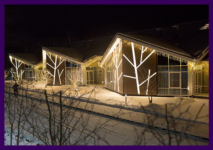 Новогодние гирлянды на фасаде отеля в Доброграде