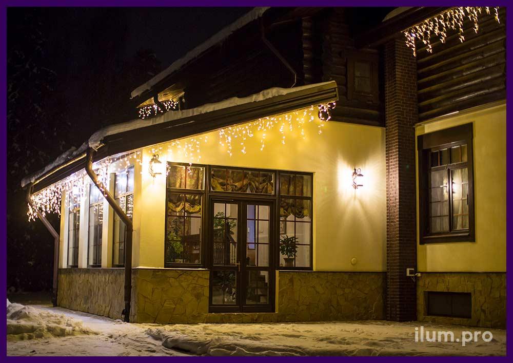 Новогоднее украшение гирляндами крыши дома в Ивановской области