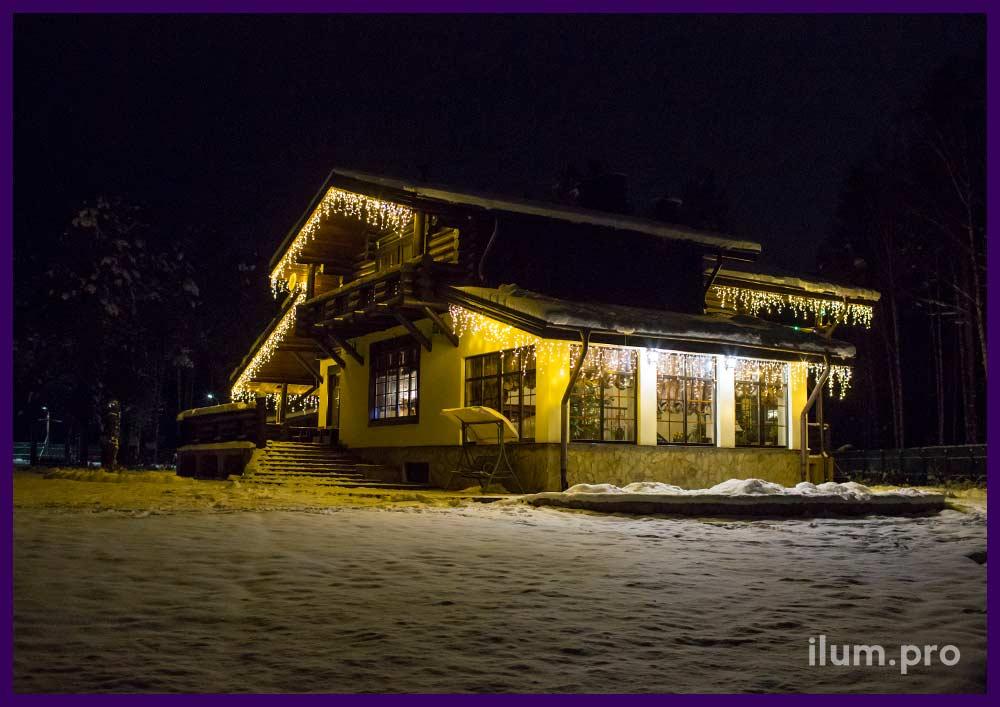 Новогоднее украшение крыши дома светодиодными гирляндами тёпло-белого цвета
