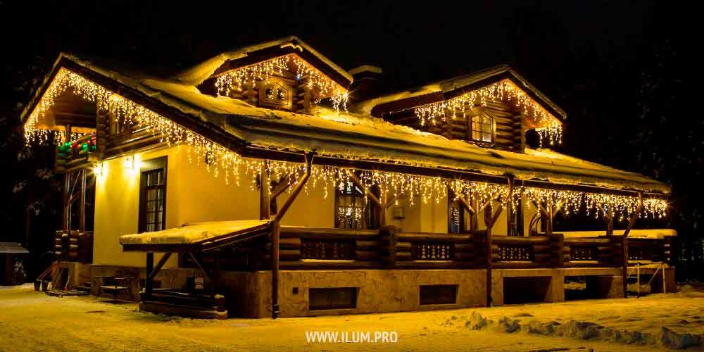 Украшение гирляндами крыши дома
