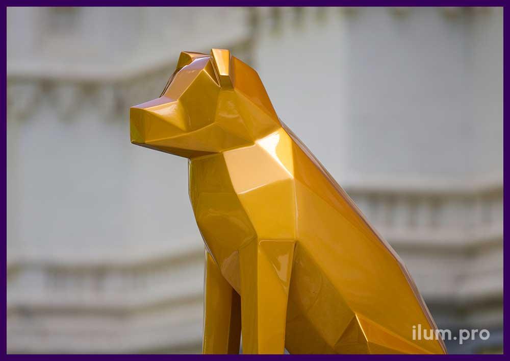 Полигональная фигура собаки из металла золотого цвета