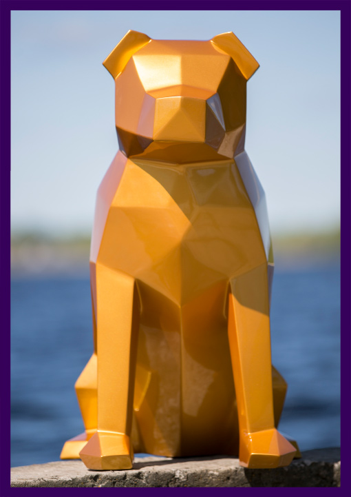 Полигональная фигура собаки из стали золотого цвета