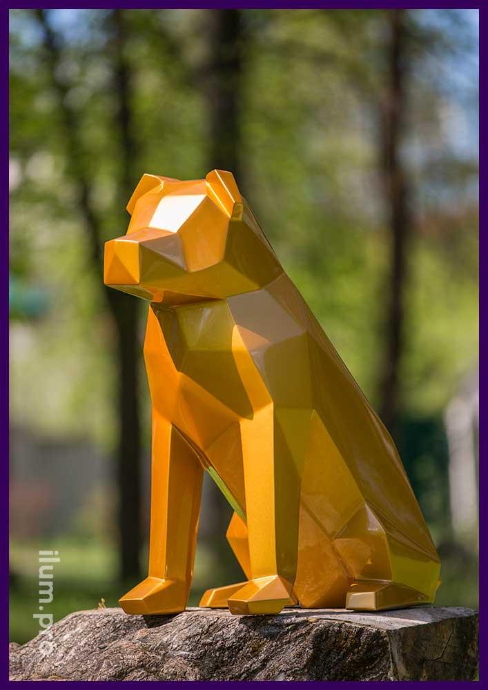 Фигура собаки из металла золотого цвета