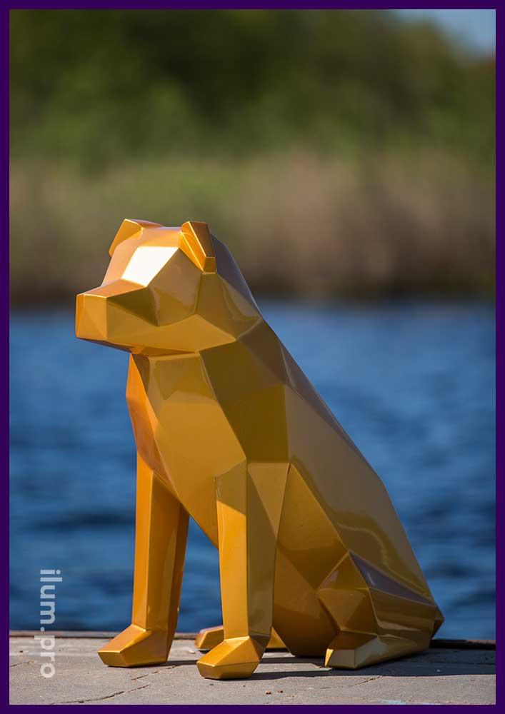 Полигональная декоративная фигура на берегу озера для фотосессии