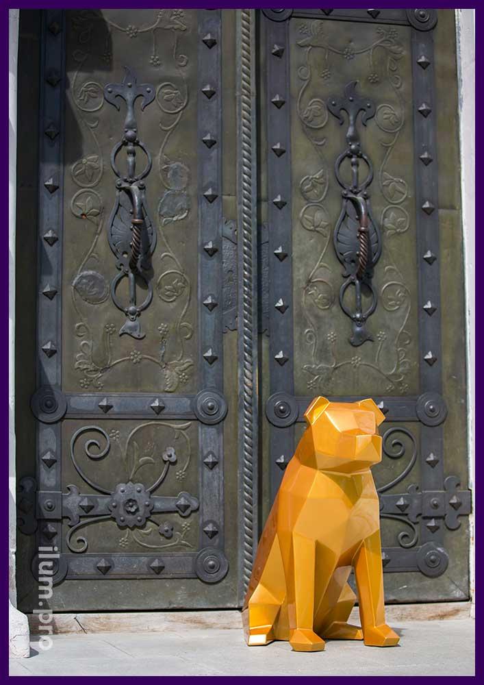 Металлическая полигональная собака золотого цвета у дверей входа