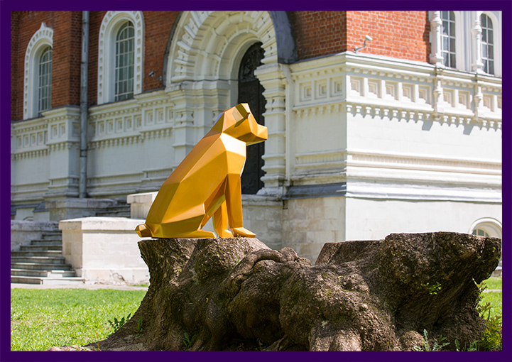 Металлическая фигура собаки золотого цвета полигональная