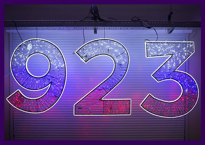 Светящиеся цифры из гирлянд, надпись с подсветкой