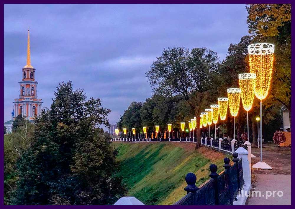 Бокалы из светодиодных гирлянд у Рязанского кремля у памятника Есенину