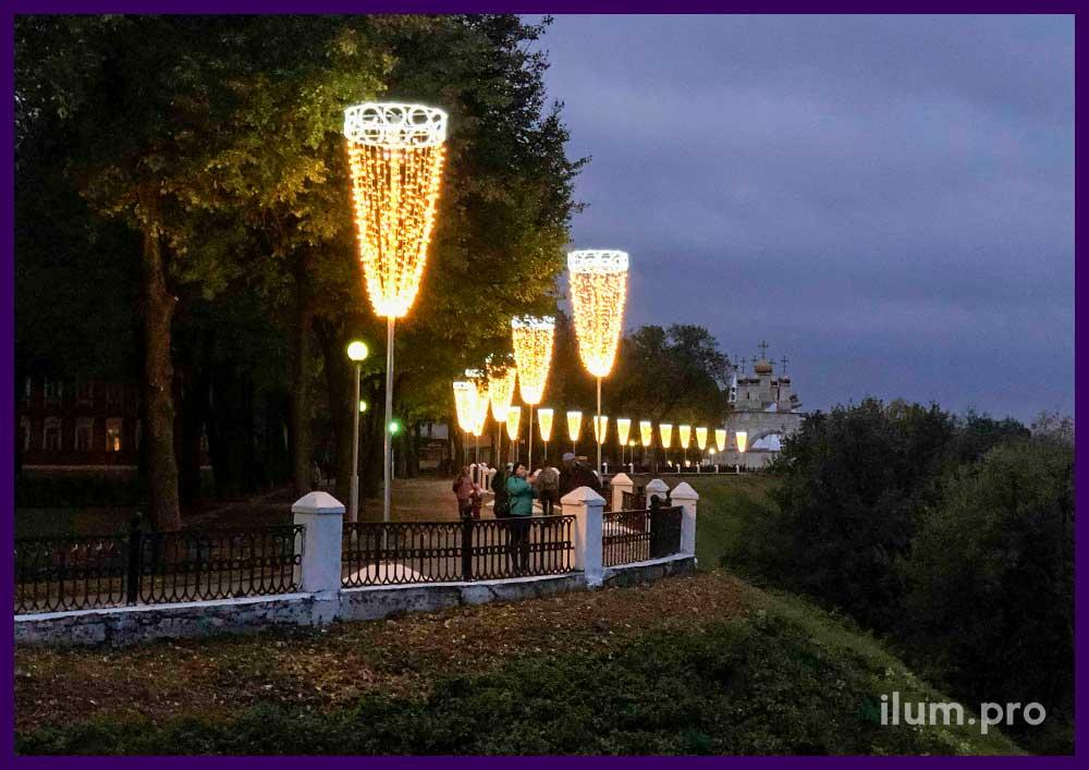 Большие светящиеся люстры на опорах в Рязани