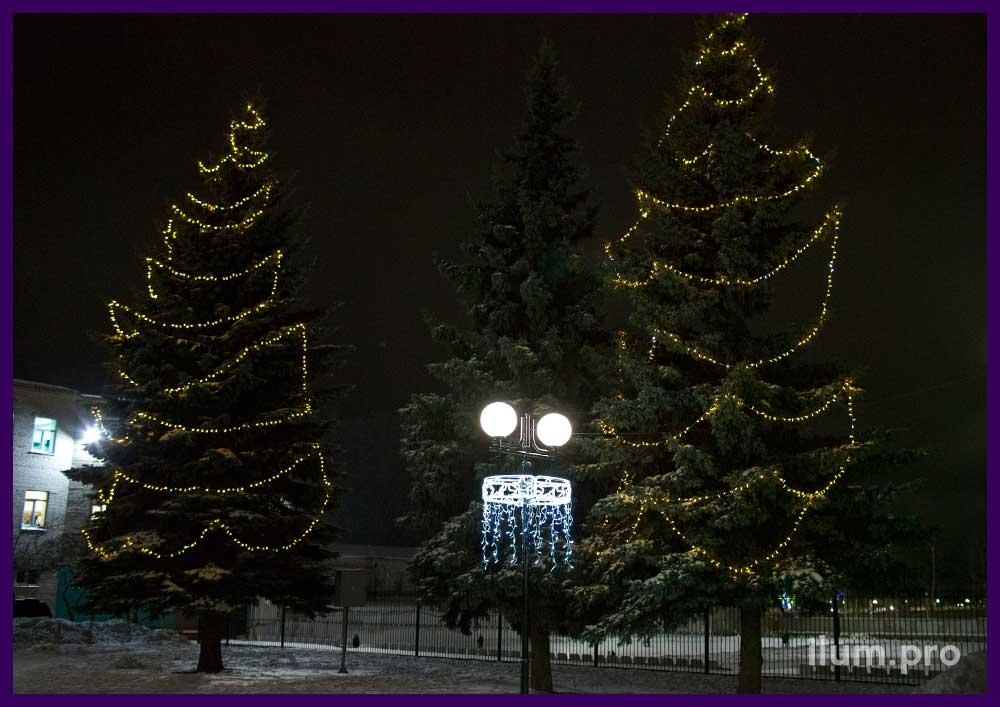 Световые консоли на фонарях и гирлянда тёпло-белого цвета