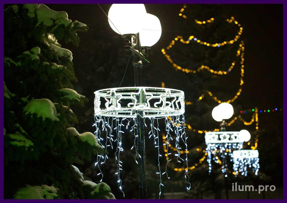 Подсветка опор освещения в парке на Новый год консолями
