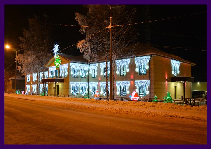 Новогоднее оформление фасада световыми консолями со нежинками