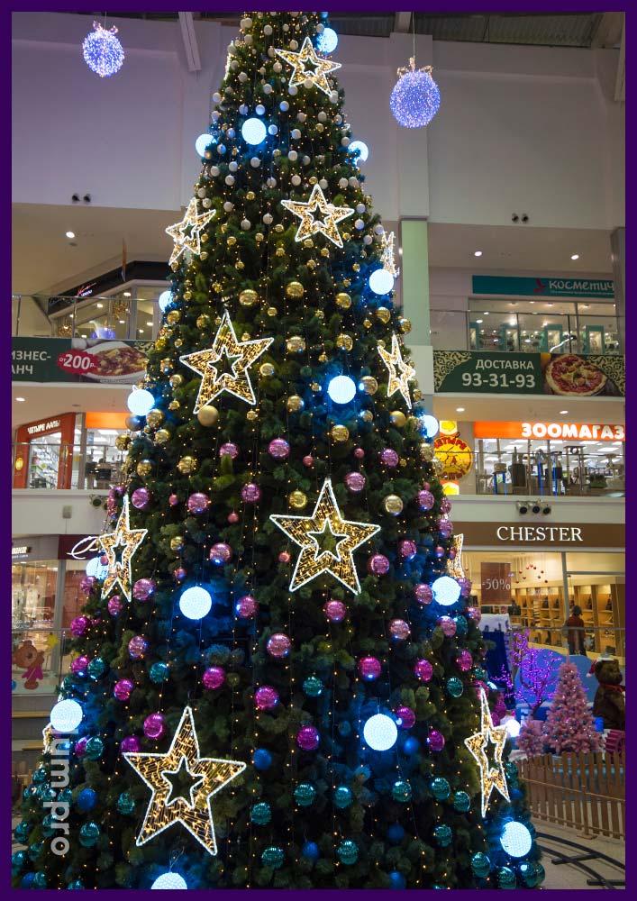 Звёзды из гирлянд на новогодней ёлке в ТЦ