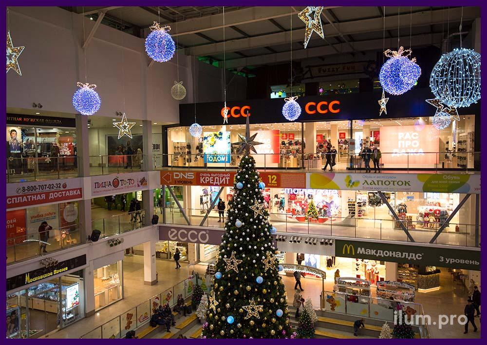 Праздничное украшение атриума торгового центра световыми фигурами
