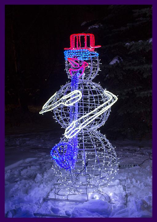 Разноцветные гирлянды на металлическом каркасе - снеговик с трубой