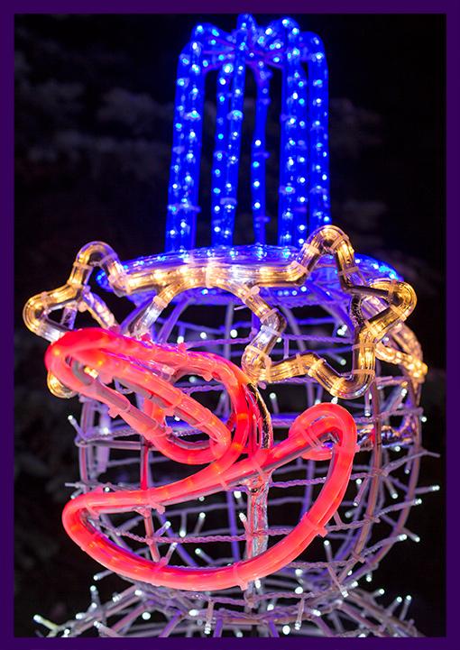 Новогодняя декоративная фигура снеговика с гирляндами и дюралайтом