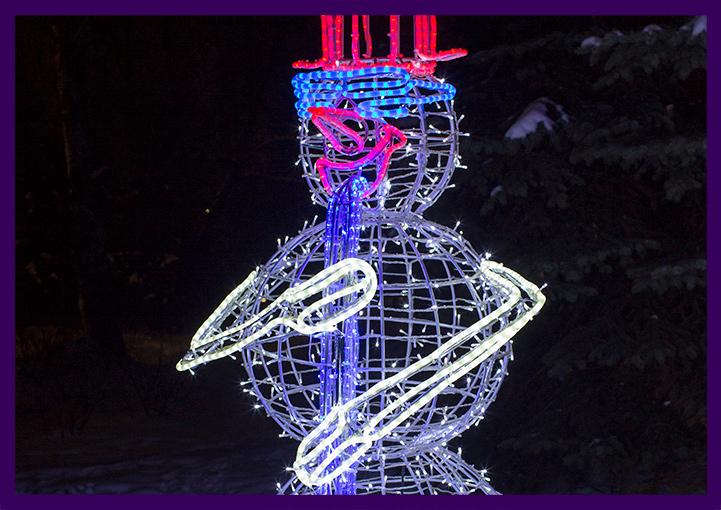 Светящаяся фигура снеговика с саксофоном из дюралайта