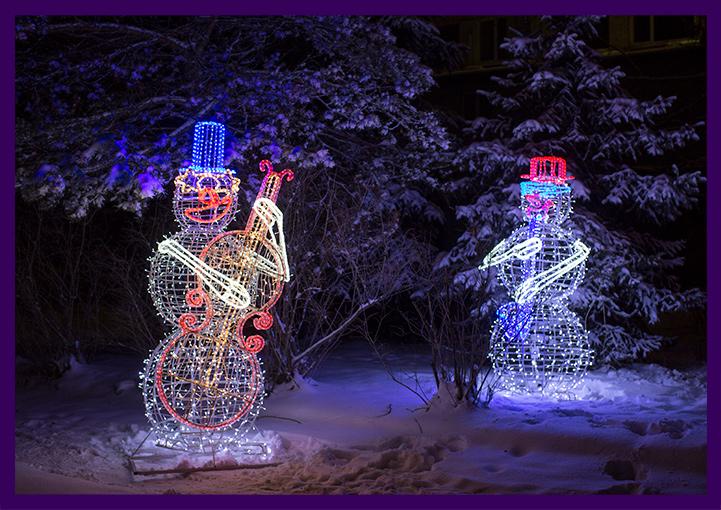 Световые фигуры из металла и гирлянд - снеговики музыканты