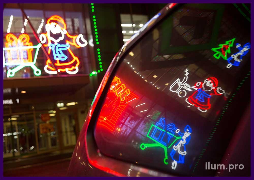 Новогодняя подсветка фасада торгового центра в отражении