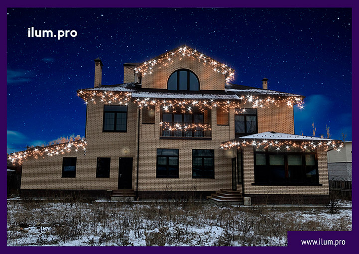 Новогоднее украшение частного дома гирляндами тёпло-белого цвета