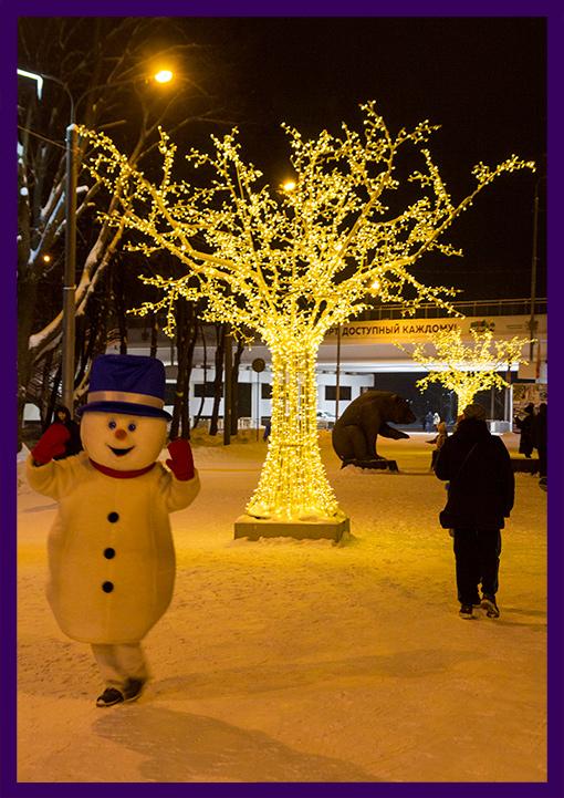Уличные светящиеся фигуры деревьев с гирляндами