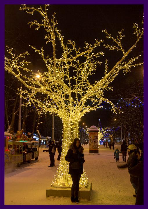 Большое светящееся дерево в парке на Новый год