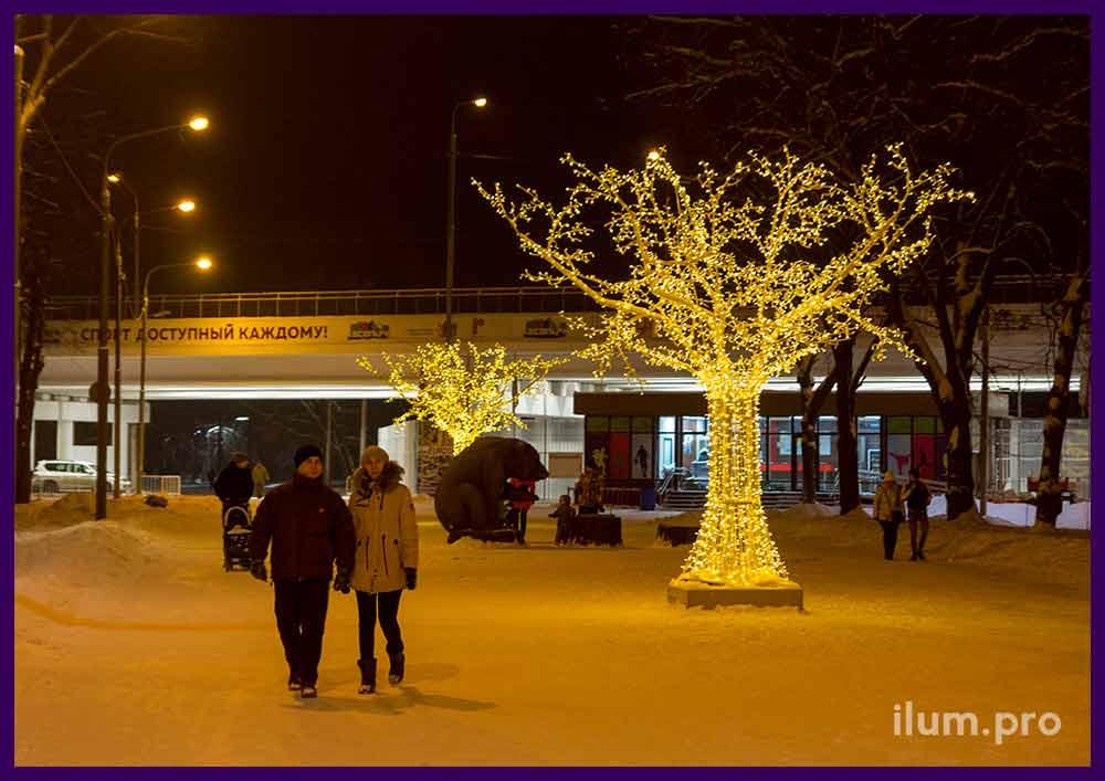 Уличные световые фигуры деревьев на Новый год