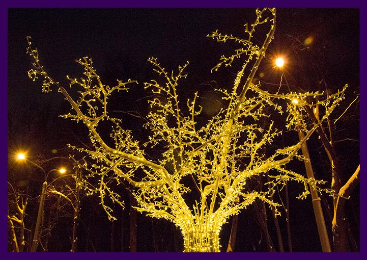 Металлическое дерево с гирляндами для парка