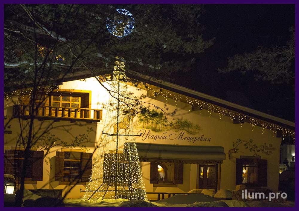 Новогодняя ёлка и гирлянды на крыше ресторана