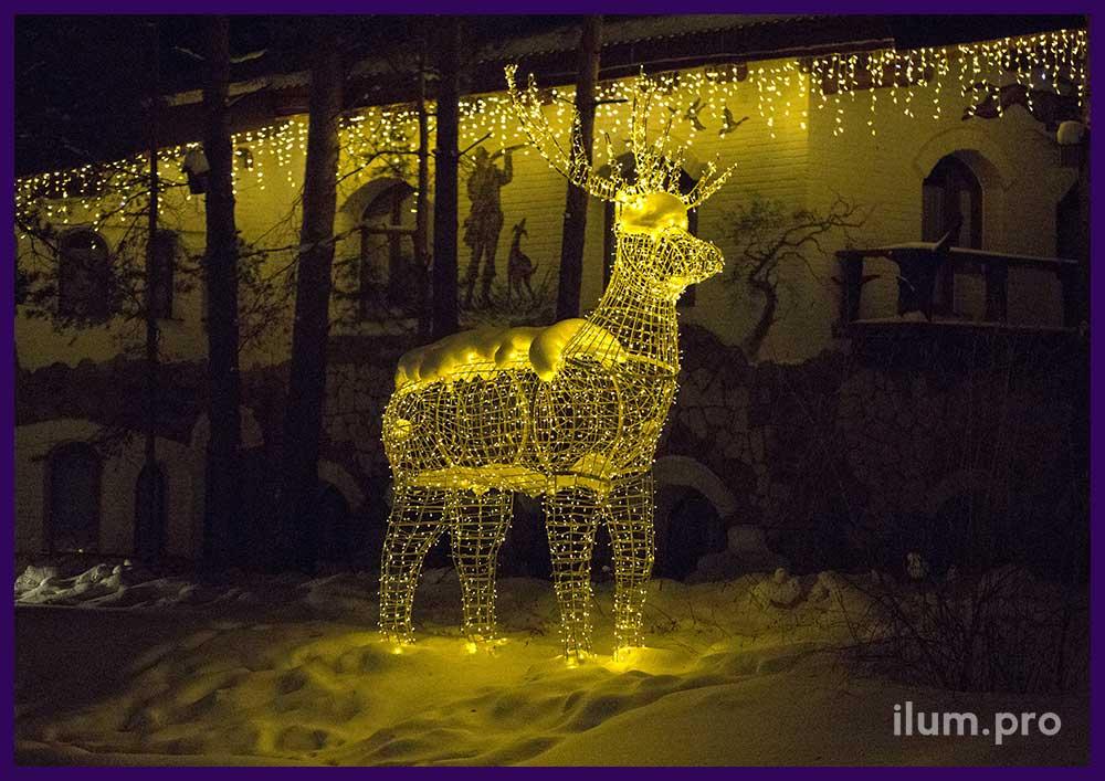Новогоднее украшение световыми фигурами территории отеля