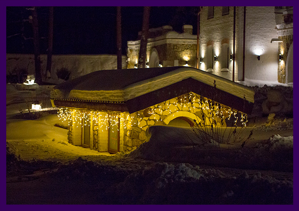 Новогодняя иллюминация в парке на домиках