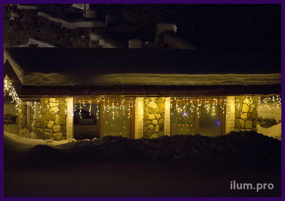 Уличная светодиодная бахрома тёпло-белого цвета на крыше