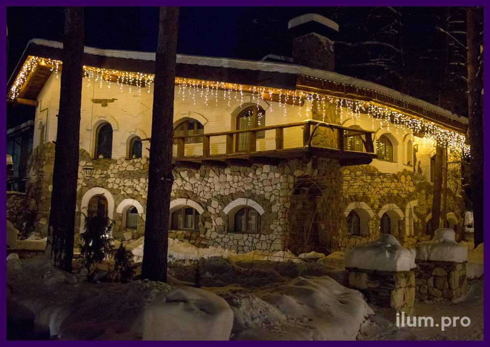 Новогоднее оформление крыши дома светодиодной бахромой 3х0,9 метра