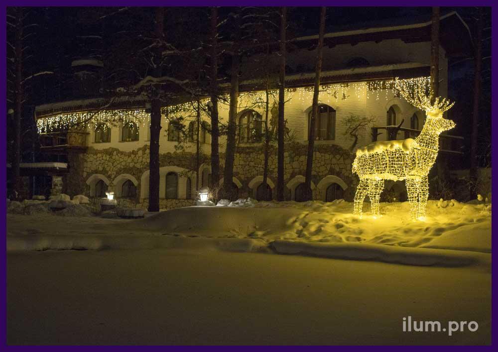 Новогоднее украшение домика светодиодными гирляндами с мерцанием