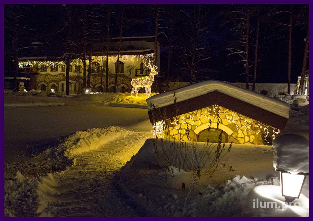 Новогоднее украшение домика утки, световой олень и охотничий домик