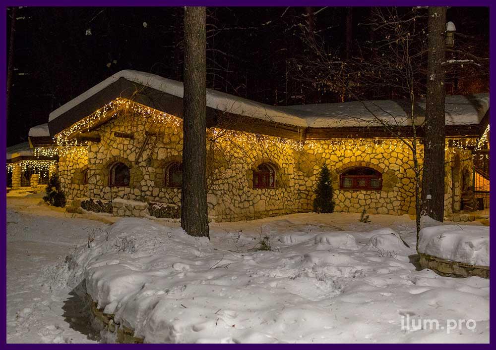 Новогоднее украшение дома на территории Парк-Отеля
