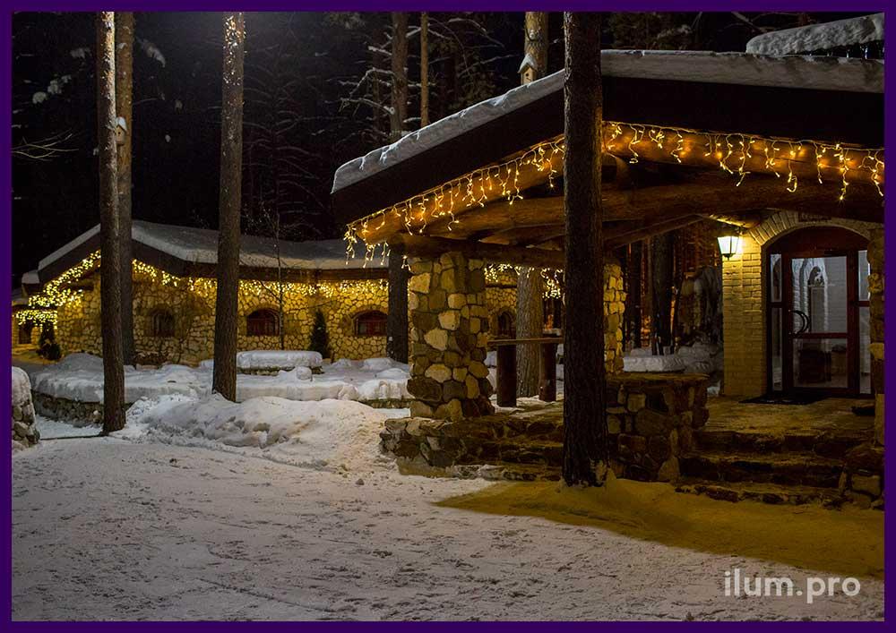 Каменные дома с гирляндами на Новый год
