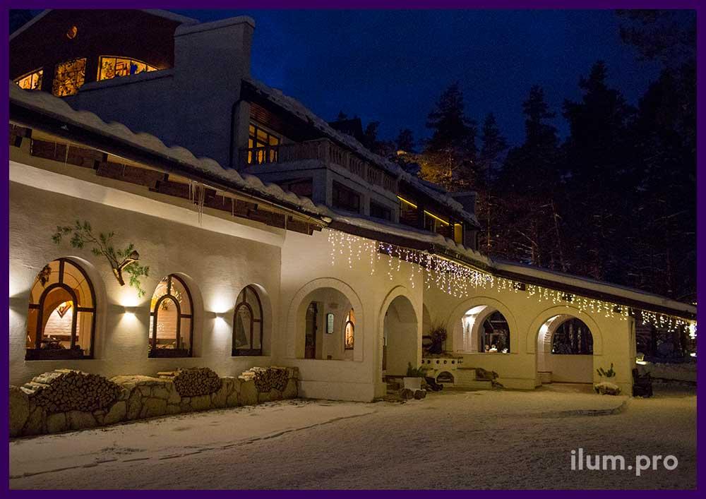 Светодиодная бахрома тёпло-белого цвета на крыше отеля