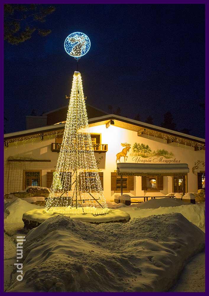 Шестиметровая светодиодная ёлка и фасад отеля с гирляндами