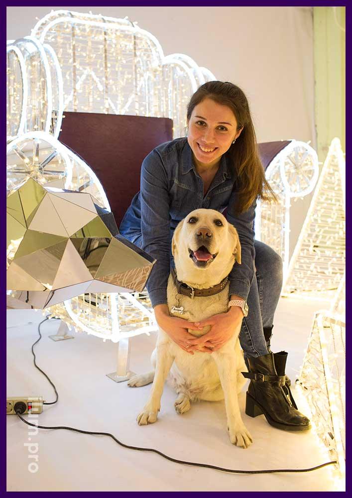 Фотозона с светящимся креслом, пирамидами из гирлянд и зеркальным полигональным медведем