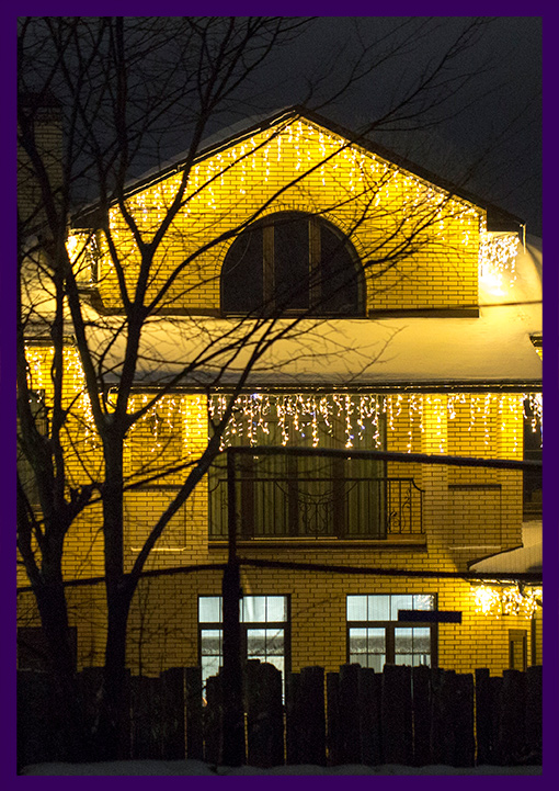 Украшение гирляндами фасада частного дома на праздники