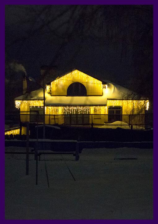 Праздничная подсветка частного дома гирляндами