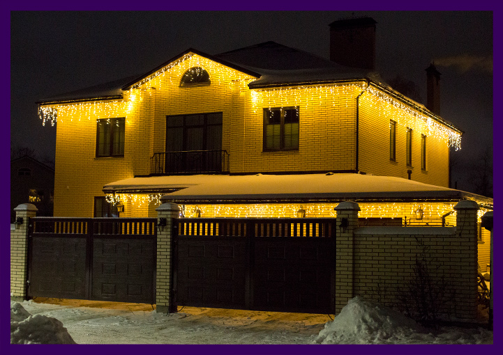 Украшение крыши дома гирляндой бахрома