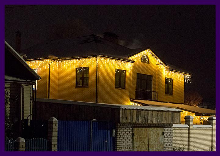 Подсветка крыши коттеджа гирляндами в форме сосулек