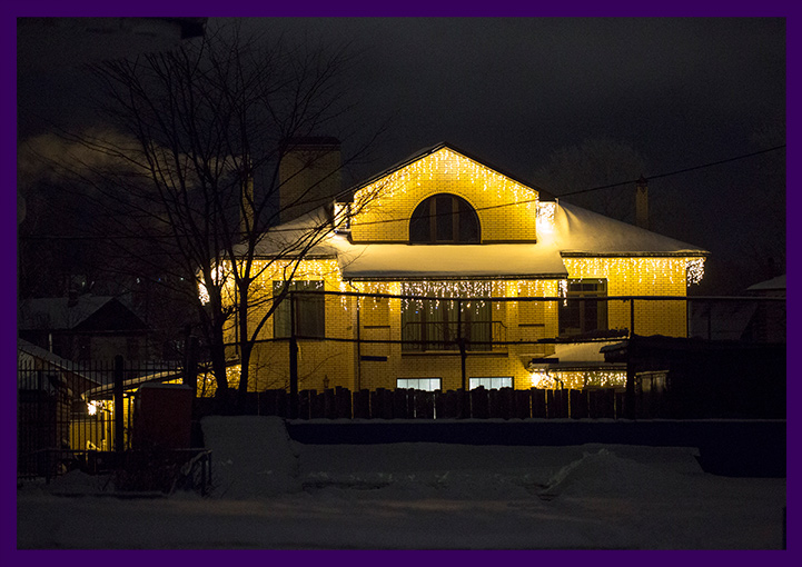 Украсить крышу дома гирляндами тёпло-белого цвета