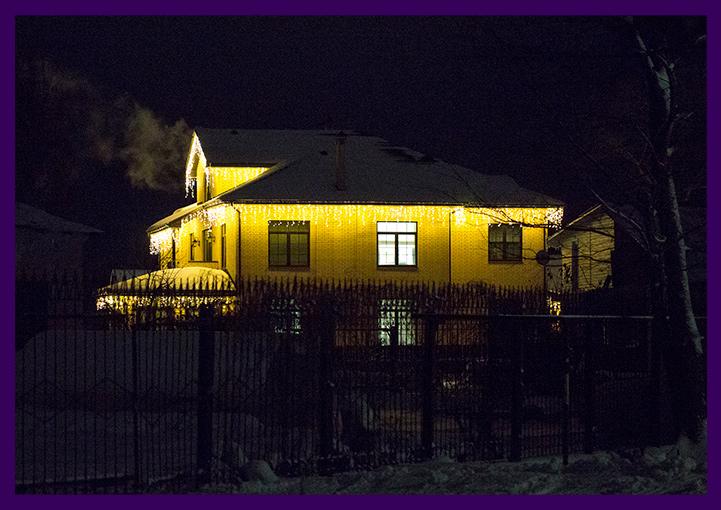 Новогодняя подсветка крыши дома гирляндами